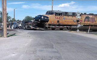برخورد وحشتناک قطار با مانعی که سر راهش بود