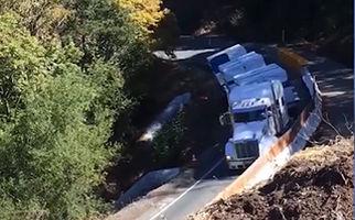 سقوط تریلی به داخل دره + فیلم