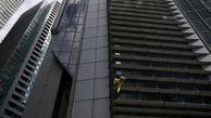 بازی با مرگ مرد میانسال با بالا رفتن از برج ۴۷ طبقه! +فیلم