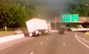 واژگونی یک تریلی ۱۸ چرخ در بزرگراه، عاقبت سرعت غیرمجاز + فیلم