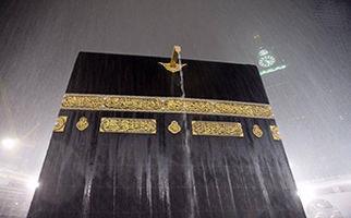 اقامه نماز زیر بارش رحمت الهی در مسجدالحرام