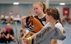 دختران فنلاندی اسب شدند و با هم مسابقه دادند!