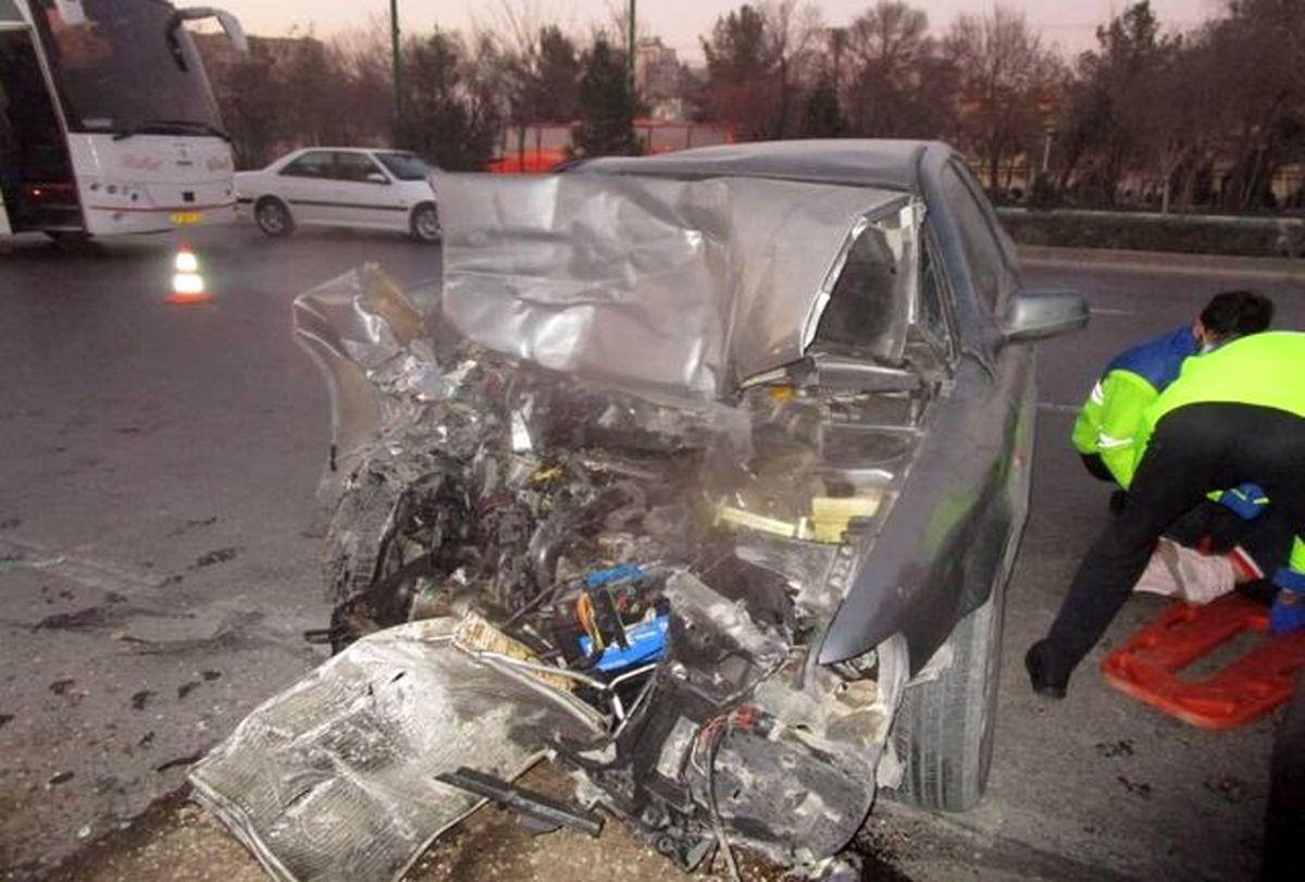 یک مصدوم در تصادف خودروی سمند و اتوبوس