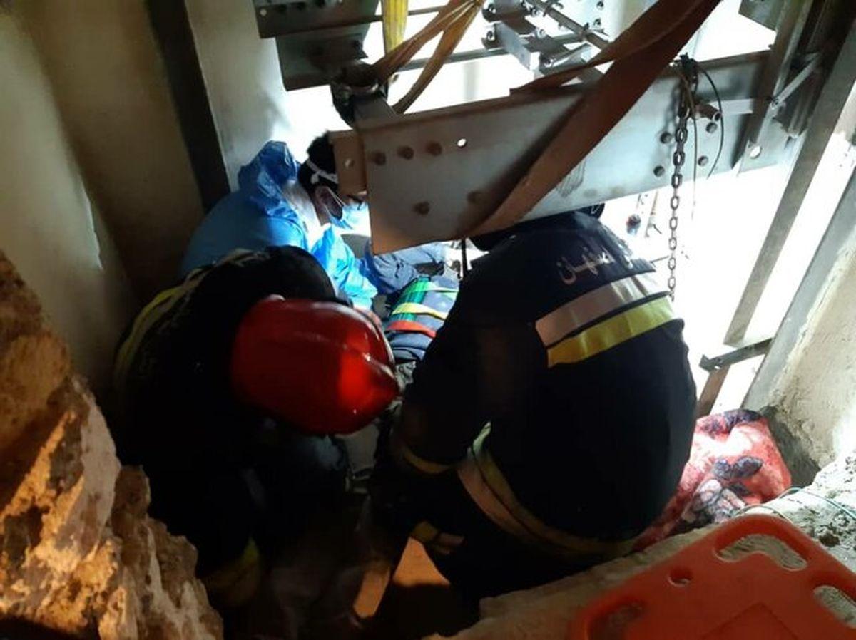 سقوط مرد جوان به داخل چاهک آسانسور