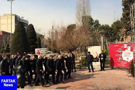 پیکر نویسنده فقید «کاوه بهمن» صبح امروز از مقابل پارک هنرمندان در تهران تشییع شد.