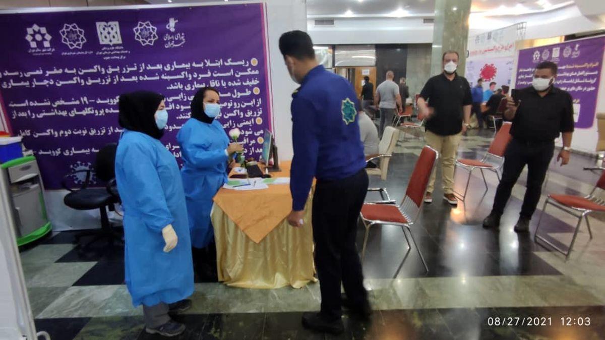اهدای گل به مدافعان سلامت توسط نیروهای شهربان