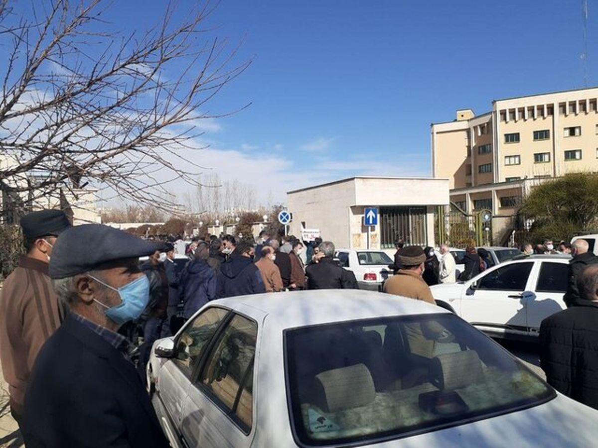 تجمع بازنشستگان در مقابل استانداری مرکزی؛جریان چه بود؟