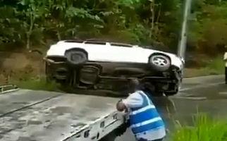 سقوط خودروی شاسی بلند به دره پس از نجات به دست امدادگران! + فیلم