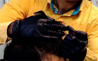 آرایشگر خیرخواهی که موی سر نیازمندان را رایگان کوتاه میکند