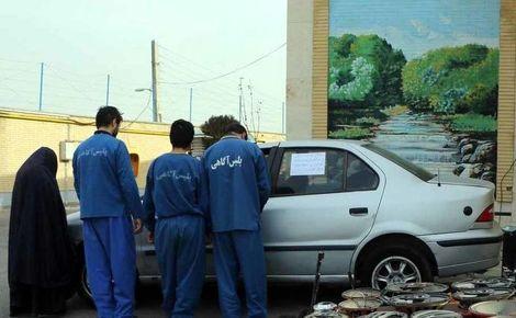 عکس یک زن با 3 مرد پلید بعد از بازداشت