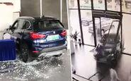 لحظه ورود ناگهانی خودرو به داخل نمایشگاه خودرو+فیلم