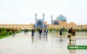 اختصاصی/ تصاویری زیبا از یک روز بارانی در میدان نقش جهان اصفهان
