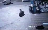 حادثه عجیب برخورد لاستیک به یک عابر پس از چپ کردن خودرو + فیلم