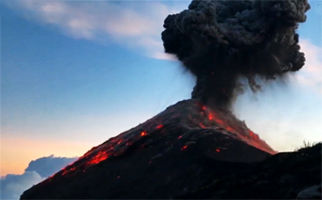 کوهنوردانی که هنگام صعود به قله، با فوران کوه آتشفشان روبرو شدند + فیلم