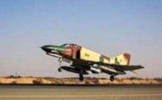 پرواز عمودی خلبان ایرانی با بمب افکن F ۴