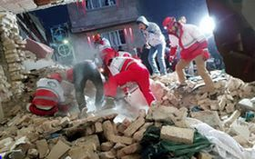 لحظه نجات کودک دوساله از زیر آوار انفجار در شهریار پس از ۴ ساعت +فیلم