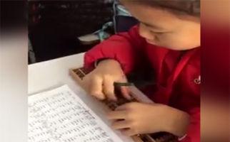 سرعت حیرت انگیز دانش آموز چینی در جمع و تفریق با چرتکه! + فیلم