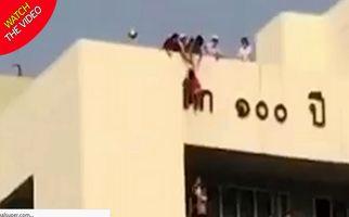 لحظه وحشتناک آویزان شدن کودک از سقف بیمارستان! +فیلم