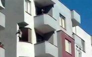 زن جوان تبریزی با آویزان شدن از طبقه پنجم یک ساختمان خبر ساز شد + عکس