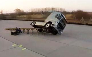 قدرت نمایی شرکت ولوو در تولید خودروهایی که هرگز واژگون نمیشوند + فیلم