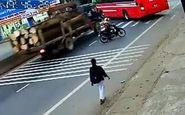 نصف شدن اتوبوس پس از تصادف با کامیون + فیلم