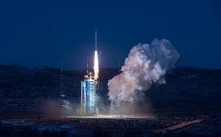 لحظه پرتاب ماهواره چینی به فضا + فیلم