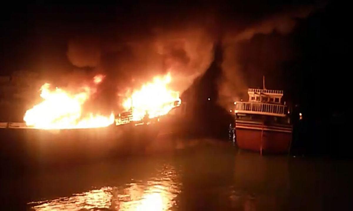 زنده زنده سوختن 2 ملوان در آتش سوزی بزرگ لنج صیادی+ عکس