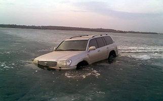 غرق شدن یک خودرو هنگام حرکت روی رودخانه یخ زده + فیلم