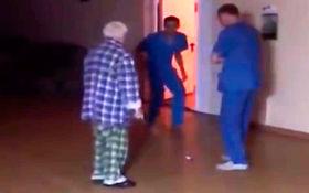 رفتار ناجوانمردانه پرستاران بیمارستان روانی با بیمار سالخورده+فیلم