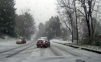 سر خوردن ماشین در جاده یخ زده + فیلم
