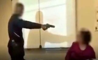 حمله دانش آموز با اسلحه به معلم سر کلاس! +فیلم