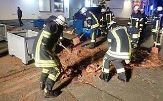 عملیات عجیب آتشنشانها برای نجات یک خیابان از دست شکلاتهای رها شده + فیلم