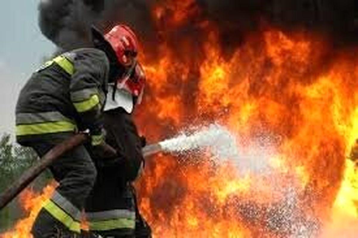 آتشسوزی تریلی حامل ۳۰ تن کاغذ در محور اردستان