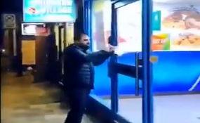 فیلم/ برخورد جالب یک فرد انگلیسی با مغازه هایی که قانون قرنطینه را نقض میکنند!