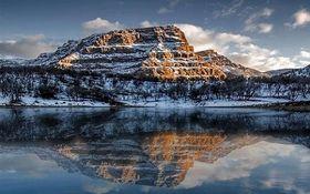 چشمانداز زیبا و زمستانی از تالاب