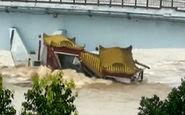 لحظه خرد شدن قایق تفریحی پس از برخورد با پل